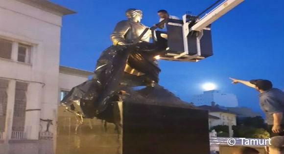 La nouvelle statue du soldat inconnu installée de nuit