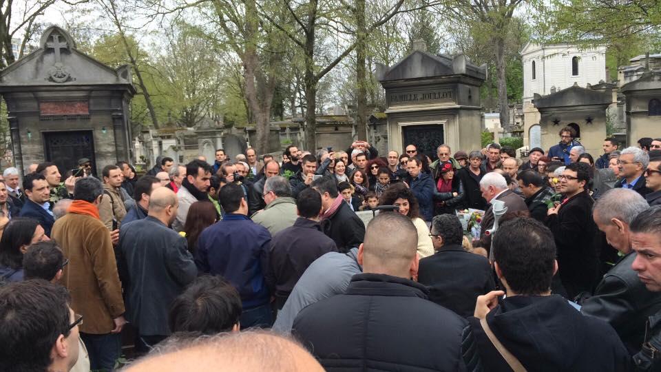 Recueillement sur la tombe d'Ali Mecili, Pere-Lachaise, Paris
