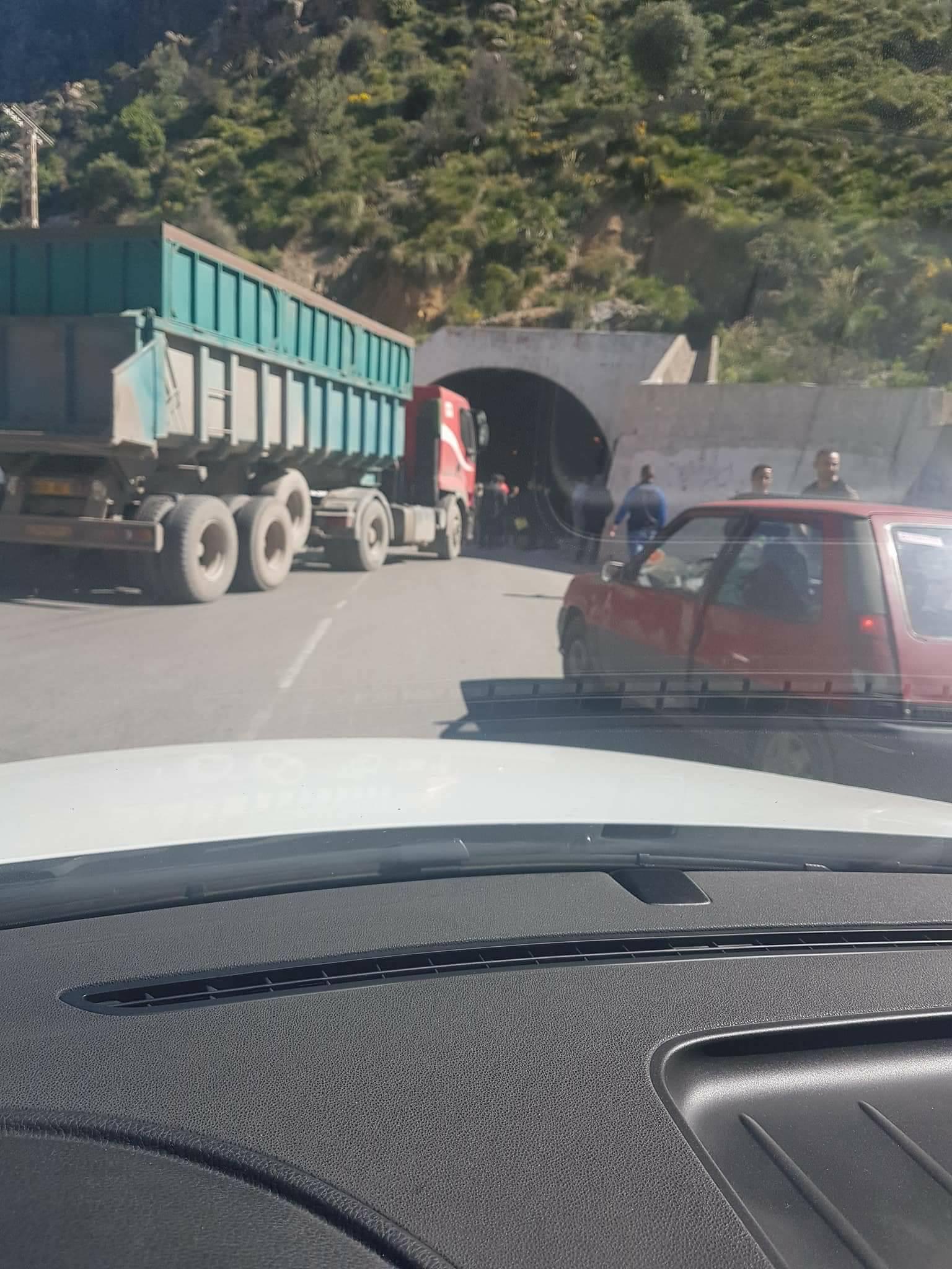 Blocage de la RN 9 au niveau du tunnel de Kherrata