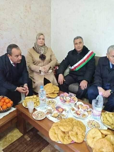 Le maire de Naciria recevant Naima Sahli