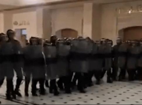 La Cour d'oran investie par les gendarmes