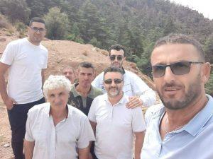Yacine Merchiche, cadre du RCD arrêté entouré d'autres militants